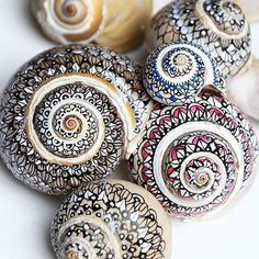 Use Ultra Fine Sharpies To Decorate Sea Shells. Use Ultra Fine Sharpies To Decorate Sea Shells. Seashell Painting, Seashell Art, Seashell Crafts, Beach Crafts, Stone Painting, Diy Crafts, Painting On Shells, Sharpie Crafts, Sharpie Markers