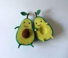 A artista ucraniana Hanna Dovhan é especialista em transformar pedaços de feltro em alimentos fofíssimos!O ovo e o abacate se dividem em dois e quanto junt
