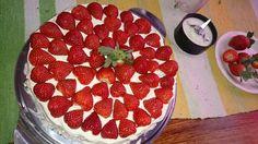 Synttäri mansikka kerma kakkua njaam B-)