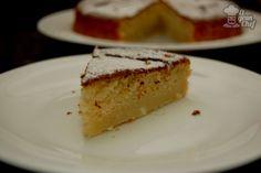 Hace años que estoy en la búsqueda de la torta de ricota perfecta, cada vez que veo una torta de ricota en alguna panadería la compro para ver si se asemeja a mi ideal de torta de ricota; pero no... aún no la encontré. Por lo menos no en el mercado.Así he estado por bastante tiempo hasta que mi madre me pasó la