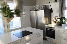 liesituuletin,saareke,valkoinen laattalattia,seinävalaisin,viherkasvit,keittiö