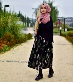 Chic Hijab Outfit Ideas With Pattern Skirt Chic Hijab Outfit Ideas With Pattern. Chic Hijab Outfit Ideas With Pattern Skirt Chic Hijab Outfit Ideas With Pattern Skirt Muslim Fashion, Modest Fashion, Hijab Fashion, Fashion Outfits, Modest Dresses, Modest Outfits, Maxi Dresses, Street Style Vintage, Casual Hijab Outfit