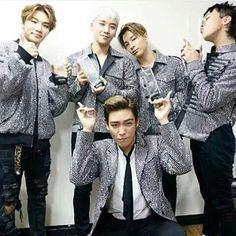 Big Bang Posing with Their 2015 MelOn Awards [PHOTO] - bigbangupdates