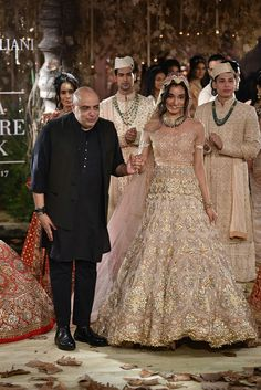 Ideas wedding invitations indian traditional couture week for 2019 Indian Bridal Outfits, Indian Bridal Lehenga, Indian Bridal Fashion, Indian Bridal Wear, Indian Designer Outfits, Indian Dresses, Wedding Lehnga, Wedding Wear, Indian Wear