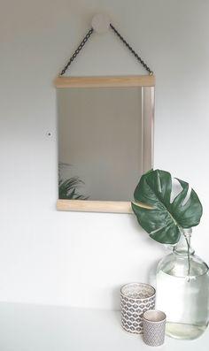 KARWEI | Een spiegel, twee latjes, haakjes en een ketting is alles wat je nodig hebt om deze spiegel te maken