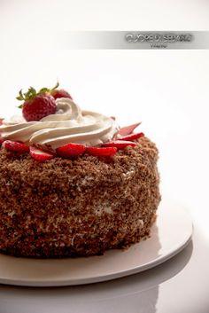 Torta a strati alle fragole con crema al cioccolato bianco