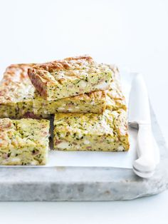 basic zucchini slice ♡ INGREDIENTS 1 tablespoon olive oil 1 onion, finely chopped 2 cloves garlic, crushed 4 rashers bacon, rind removed and chopped zucchini (courge. Zucchini Muffins, Zucchini Slice, Quiches, Vegetarian Recipes, Cooking Recipes, Healthy Recipes, Good Food, Yummy Food, Carne