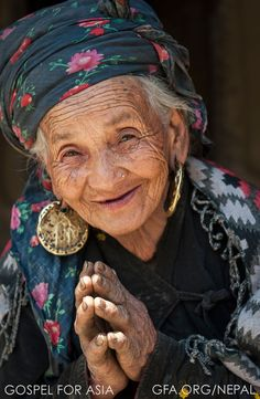 Gospel For Asia shares picture of grateful woman when Christians help rebuild her home after the earthquakes in Nepal. Beautiful Smile, Beautiful World, Beautiful People, Wise Women, Old Women, Old Faces, Ageless Beauty, Interesting Faces, Happy People