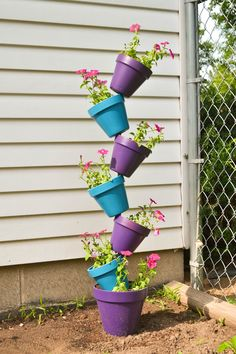 Budget-Friendly Garden Projects Made with Clay Pots Herb Garden, Garden Art, Garden Design, Balcony Garden, Great Mothers Day Gifts, Mothers Day Crafts, Topsy Turvy Planter, Garden Projects, Diy Projects