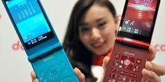 NTTドコモは13日、従来の携帯電話「ガラケー」と同じ折りたたみ式で、スマートフォンで多く使われる米グーグルの基本ソフト「アンドロイド」を搭載した2機種の携帯を、6月から売ると発表した。 Digital Story, Mp3 Player