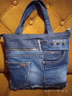 Одноклассники Recycled Fashion, Recycled Denim, Jean Purses, Purses And Bags, Jean Crafts, Denim Purse, Denim Ideas, Fabric Purses, Love Jeans