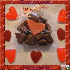 Bolsita chuches con tiernos corazones bañados en chocolate. Posibilidad de incluir etiqueta personalizada para bodas u otros eventos. Encuéntralas en www.tucasitadechuches.com