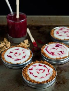 These White Chocolate Raspberry Tarts couldn't be more adorable. Dessert in a mason jar top? Get the recipe for this chic treat here! How fun are these white chocolate raspberry tarts in mason jars! Get the recipe here: Mini Desserts, Mason Jar Desserts, Mason Jar Meals, Valentine Desserts, Just Desserts, Delicious Desserts, Dessert Recipes, Yummy Food, Jar Recipes
