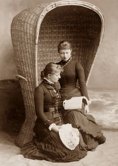 Kaiserin Victoria Augusta of Germany and her sister Caroline Mathilde. Princess Victoria, Queen Victoria, Portraits Victoriens, German Royal Family, Images Of Princess, Victorian Portraits, Vintage Pictures, Vintage Images, Second Empire