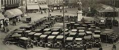 Ook 80 jaar geleden waren er al parkeerproblemen, maar zie hoe keurig netjes dat werd opgelost onder regie van Lourens Janszoon Koster. Handelaren kwamen op de bloembollenbeurs bij elkaar. De tram van Heemstede naar Schoten werd de ruimte gegund. Lijn 1 reed aanvankelijk dubbelsporig door de Kruisstraat/weg maar na inkrimping van de Ceintuurbaan werd vanaf de Grote Markt via de Jansstraat/weg gereden. Het is hier dan ook 1934