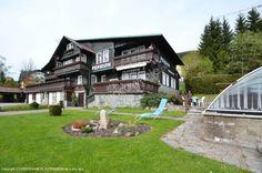 Pensjonat rodzinny Szwajcarski dom położony jest w pobliżu centrum miasta Szpyndlerów Młyn, miasto znajdującego się w sercu najwyższych czeskich górach Karkonoszach, na wysokości 730 m.n.p.m