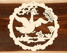 Fensterbild-Ostern-Gans-mit-zerbrochenem-Ei-Holz