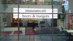 Café van het M museum met heerlijke bieren en burgers.