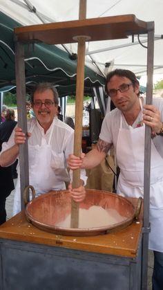 Lo Chef Massimo Campagnini, si diletta nell'apprendere l'antica arte del Torrone Sardo durante la manifestazione : X^ Sagra de su Pa(n)i Arrubiu, tenutasi a Tuili e organizzata dalla Pro Loco Tuili Domenica 19 Aprile 2015
