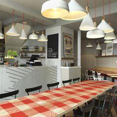 La Petite Bretagne es una crêperie francesa ubicada en Hammersmith´s Beadon Road, Londres. Un lugar increible dondé la decoración es tan buena como los platos que sirven.    El diseño de interiores estuvo a cargo de Paul Crofts Studio.