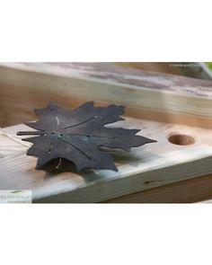 Dieses rostige Weinblatt wurde an einen Nistkasten aus Lärchenholz befestigt. Vogelhäuser im schönen Design sind funktional durchdacht und kunstvolle Gartenobjekte.