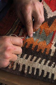 השטיח קרוע? בלוי? בכדי ליצור לשטיח מראה חדש ונקי, נבצע עבורכם תיקון שטיחים באריגה מקצועית ובעבודת יד. תיקון כל סוגי השטיחים עם אחריות מלאה. כולל איסוף מבית הלקוח