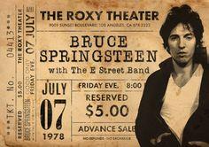 Original Bruce Springsteen Print: Vivo en el teatro Roxy de 1978. Parte de la gira de la oscuridad. Se trata de un original diseño inspirado en las clásicas actuaciones de artistas legendarios. Este llamativo cartel estilo vintage grabado sería un gran regalo para cualquier fan de Bruce Springsteen. Celebra el funcionamiento legendario de 1978 de cantantes en el teatro Roxy. ESTAS IMPRESIONES PUEDEN SER PERSONALIZADAS A OTRA FECHA, ÉNTREME EN CONTACTO CON PARA MÁS DETALLES. Todas nuestras...