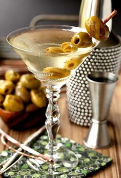 This Grilled Dirty Martini is going to be your new favorite cocktail! #martini #cocktails #drinkrecipes #cocktailrecipes