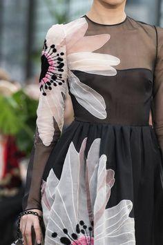 Valentino at Paris Fashion Week Fall 2018 : Valentino at Paris Fashion Week Fall 2018 - Details Runway Photos Style Couture, Couture Fashion, Paris Fashion, Runway Fashion, Fashion Show, Womens Fashion, Floral Fashion, Fashion Dresses, Autumn Fashion 2018