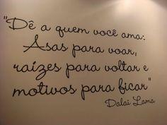Dê a quem você ama: Asas para voar, raízes para voltar e motivos para ficar. - Dalai Lama (Frases para Face)