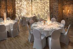 Ambiance mariage Winter Wonderlandréalisée par D DAY DECO. Mariage d'hiver. Location rideau lumineux, housse de chaise, photophore, vase.