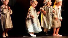 Streetdance uitvoering juni 2011 - kleuters Heinenoord doen de boevendan... Jailhouse Rock, We Will Rock You, Cover Up, Mars, School Ideas, Drama, Education, Videos, Dresses