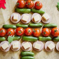 árbol de Navidad de salchicha y queso #recetahoy #comida #comidas #comidacasera #comidacaseira #comidaboa #comidasaludable #comidadeverdade #comidasaudavel #recetas #recetassaludables #instafood #food #foodpic #foodporn Food Porn, Nutrition, Le Diner, Calories, Sauce, Caprese Salad, Vegetables, Homemade Food, Sweet Dill Pickles