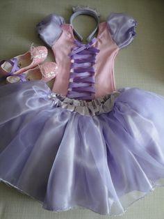 Fantasia da Rapunzel compõe:  Saia em cetim e tule lilás; Colã rosa com aplicação de fitas de cetim lilás e mangas tipo princesa; Tiara em feltro lílas com rosa; Sapatilhas bordadas com lantejoulas. R$ 185,50