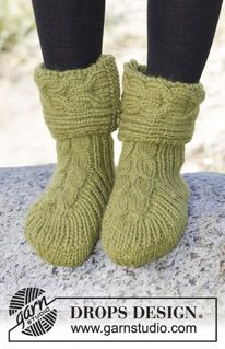 """Forest Steps - Knitted DROPS slippers with cables and rib in """"Eskimo"""". - Free pattern by DROPS Design Knitting Patterns Free, Free Knitting, Free Pattern, Crochet Patterns, Free Crochet, Drops Design, Knitted Slippers, Crochet Slippers, Drops Patterns"""
