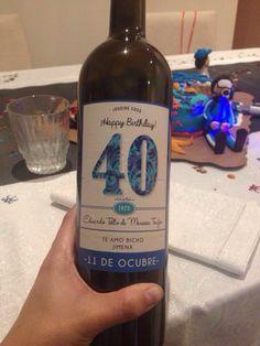 Etiqueta para personalizar botellas de vino diseñada e impresa en ArtWorks Studio. 40 And Fabulous, Young At Heart, Wine Parties, Wine Label, Wines, Vodka Bottle, Fathers Day, Diy And Crafts, Beer