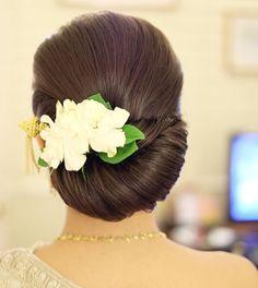 Wedding hairstyles modern hairdos Ideas for 2019 Saree Hairstyles, Indian Bridal Hairstyles, Modern Hairstyles, Pretty Hairstyles, Wedding Hairstyles, Hairdo Wedding, Wedding Hair Flowers, Flowers In Hair, Medium Hair Styles