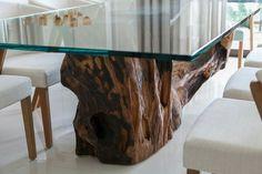 Mesa de jantar com pé de tronco de árvore