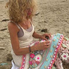 Haken met de zee als prachtige achtergrondmuziek! ☀️ Fijne dag #outdoorcrochet #beautifulview #ilovenature #natureinspired #sea #noordzee #onthebeach #summertime #beautifulplaces #beautifulday #crochetlove #crochethappiness #adindasworld #adindashawl #adindascarf #crochetersofinstagram #uncinetto #happycolors #owndesign #crochetdesign #flowerpower #bohemian #haveabeautifulday