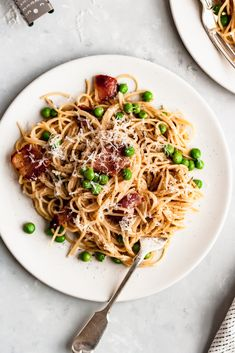 Healthy pasta carbonara made with turkey bacon, angel hair pasta, plenty of pecorino or parmesan for a creamy sauce, and peas. You'll love this easy, lightened up version of traditional pasta carbonara for date night and weeknight dinners! Pasta Carbonara, Pork Bacon, Turkey Bacon, Healthy Pastas, Healthy Recipes, Healthy Dishes, Free Recipes, Angel Hair Pasta Recipes, Gastronomia