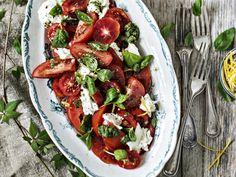 Resepti: Kesäcaprese – italialainen tomaatti-mozzarellasalaatti