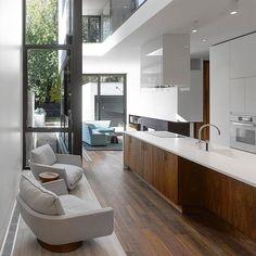 Moore Park Residence by Drew Mandel Architects #homeadore #kitchen #interior #interiors #interiordesign #interiordesigns #residence #home #casa #property #villa #maison #moorepark #toronto #canada #benrahn #drewmandelarchitects