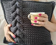 knit pillow This is PDF pattern for a knitted pillow with cable. Knitting Blogs, Knitting Projects, Knitting Patterns, Crochet Patterns, Knitted Cushions, Knitted Throws, Crochet Pillow, Knit Or Crochet, Pull Torsadé