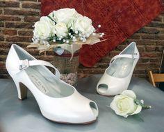 Zapatos de novia tipo peep-toe y con pulsera en el empeine. El ramo es por cortesía de la floristería Monceau Fleurs, está situada justo enfrente de nuestra tienda, por lo que podéis matar dos pájaros de un tiro.