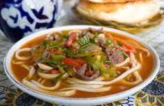 Лагман по-татарски – это домашняя лапша, политая подливой с бараниной и овощами. Лагман – блюдо, вызывающее много споров о своей рецептуре. Практически в каждой татарской семье есть свой рецепт лагмана. Само по себе это блюдо очень необычное: кто-то считает лагман супом, другие утверждают, что это второе – все зависит от рецептуры.