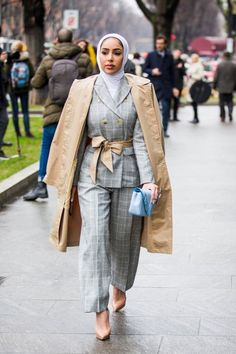 The Best Street Style at European Fashion Weeks Fall/Winter 2018 - Muslim Fashion European Street Style, Autumn Street Style, Street Style Looks, Muslim Fashion, Modest Fashion, Hijab Fashion, Korean Fashion, Fashion Top, Office Fashion