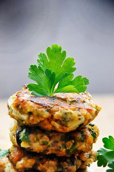 Chiftelute de vinete si linte cu masline si verdeturi Lentils and Eggplant Patties with Olives and Herbs vegan Vegetarian Dinners, Vegetarian Recipes, Cooking Recipes, Healthy Recipes, Vegan Eggplant Recipes, Vegetarian Burgers, Uk Recipes, Eggplant Burger, Kitchen