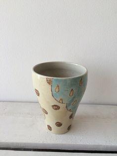 クレヨンタッチの水玉・しずく・クロス・縞しまなどの模様が入ったカップ。女性が持ちやすいサイズです。ミルクティーやカフオレ、氷を入れて冷たい飲み物にも合います。...|ハンドメイド、手作り、手仕事品の通販・販売・購入ならCreema。