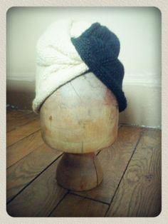 #knitted #handmade Turban haut Simone : Turban haut tricoté dans la tradition des #forties, Couvrant complétement la tête , il est monté pour être haut sur le dessus du front. Il se porte aussi bien en journée comme un bonnet qu'en soirée comme une coiffe, très élégant , il parfaira vos plus belles tenues vintages. *************