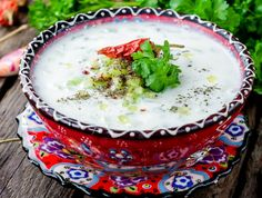 Cacik, o supă de iaurt turcească foarte gustoasă şi răcoroasă, servită, desigur, cel mai adesea în timpul verii. Se face ușor, după pașii următori. Tzatziki, Panna Cotta, Food And Drink, Pudding, Cooking, Cake, Ethnic Recipes, Desserts, Cottages